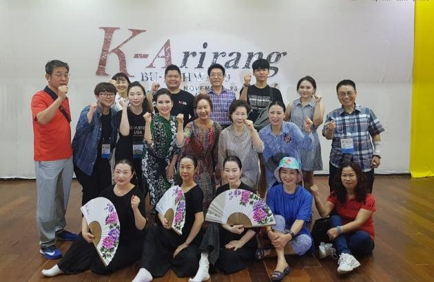 26일 필리핀 세부 보이스타운에서 'K-Arirang 전통 예술 명인·명창전'을 앞두고 부지화 예술단원들이 파이팅을 외치고 있다.
