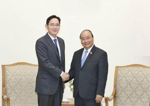 지난해 10월 이재용 삼성전자 부회장(왼쪽)이 베트남을 방문했을 당시 푹 총리와 면담을 가진 뒤 기념사진을 촬영하고 있다. 사진=연합뉴스
