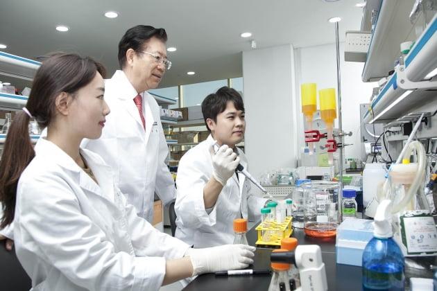 유틸렉스·큐리언트, 종양 관련 대식세포(TAM) 조절해 면역항암 효과 높인다