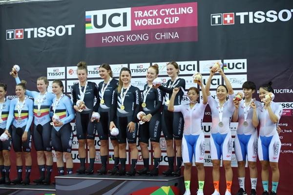 한국 사이클 여자 단체추발 대표팀이 월드컵 무대에서 첫 동메달을 획득하고 있다.  /사진=대한자전거연맹 제공