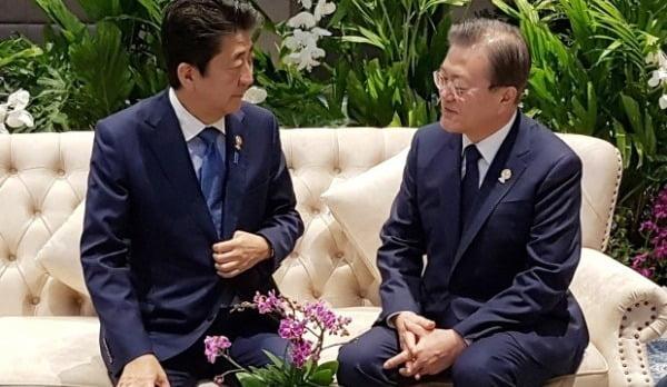 문 대통령과 아베 신조 일본 총리가 지난 4일 아세안+3 정상회의 전 환담을 나누고 있다. 사진=연합뉴스