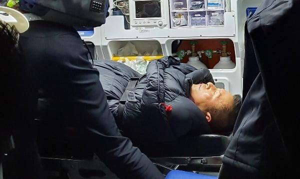 청와대 앞에서 8일째 단식하던 자유한국당 황교안 대표가 지난 27일 밤 응급실로 이송되고 있다./사진=연합뉴스