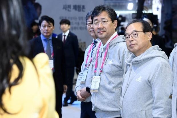 국제 게임 전시회 '지스타 2019'가 14일 오전 부산광역시 해운대구 벡스코(BEXCO)에서 개막했다. 박양우 문화체육관광부 장관(가운데)과 오거돈 부산시장(오른쪽)이 전시장을 둘러보고 있다. / 변성현 한경닷컴 기자 byun84@hankyung.com