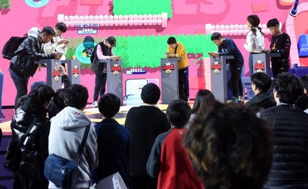 국제 게임 전시회 '지스타 2019'가 지난 14일 오전 부산광역시 해운대구 벡스코(BEXCO)에서 개막했다. 전시장을 찾은 관람객들이 '브롤스타즈' 게임을 즐기고 있다. / 변성현 한경닷컴 기자 byun84@hankyung.com