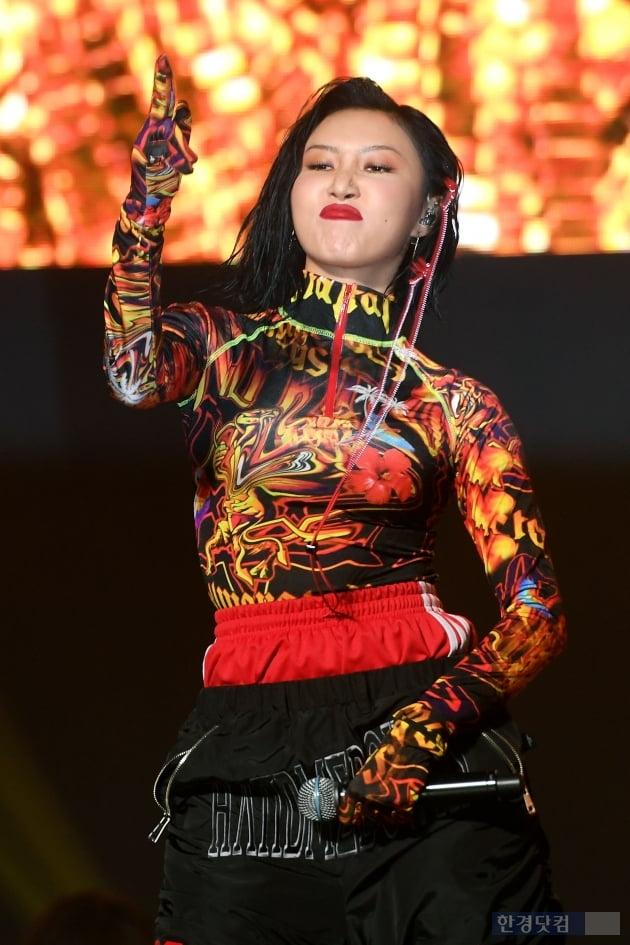 [포토] 마마무 화사, '카리스마 춤사위'