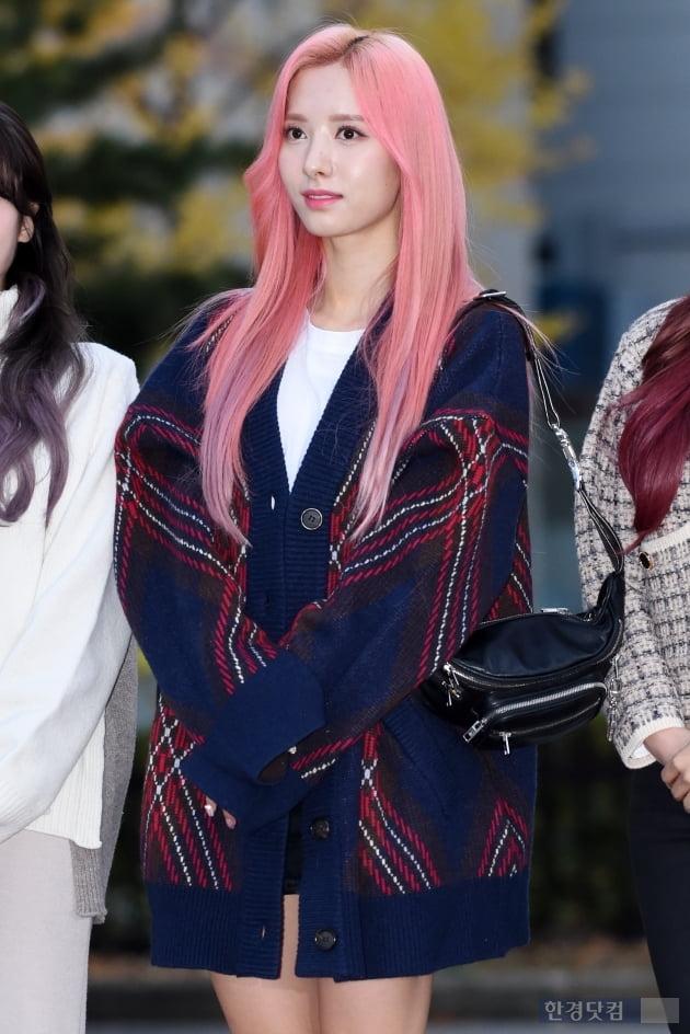 HK직캠|우주소녀 보나, '핑크빛 헤어로 완성한 인형 미모' (뮤직뱅크 출근길)
