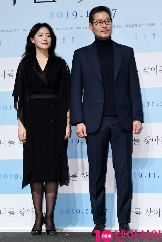 배우 이영애와 유재명이 4일 오전 서울 신사동 압구정 CGV에서 열린 영화 '나를 찾아줘' 제작보고회에 참석하고 있다.