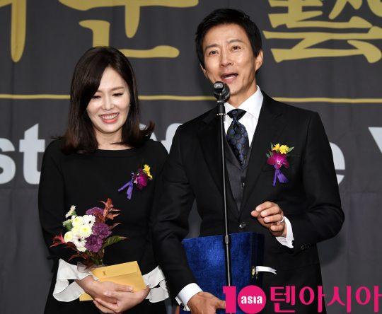 최수종-하희라 부부가 6일 오후 서울 중구 명보아트홀에서 열린 제9회 아름다운예술인상 시상식에 참석하고 있다.