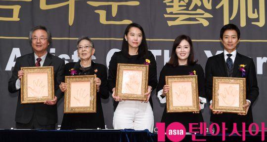 정동환,김지미,김보라 감독,하희라,최수종(왼쪽부터)이 6일 오후 서울 중구 명보아트홀에서 열린 제9회 아름다운예술인상 시상식에 참석하고 있다.