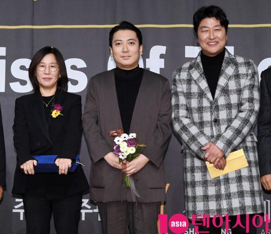 곽신애 바른손이앤에이 대표,박명훈,송강호(왼쪽부터)가 6일 오후 서울 중구 명보아트홀에서 열린 제9회 아름다운예술인상 시상식에 참석하고 있다.