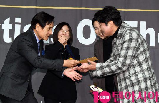 배우 송강호가 6일 오후 서울 중구 명보아트홀에서 열린 제9회 아름다운예술인상 시상식에 참석해 안성기로 부터 상금을 받았다.