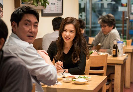 영화 '블랙머니'의 배우 조진웅(왼쪽), 이하늬. / 사제공=에이스메이커무비웍스