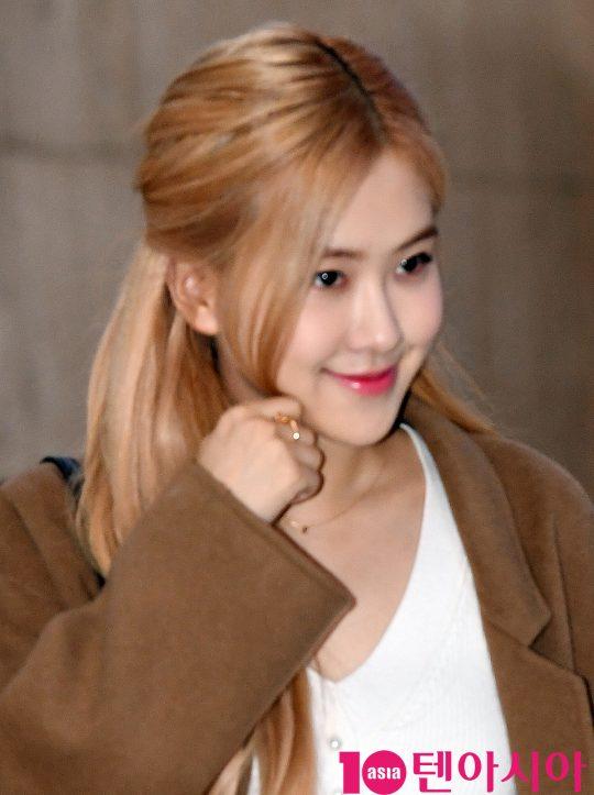 걸그룹 블랙핑크(지수, 제니, 로제, 리사) 로제가 10일 오후 중국 콜렉션 참석을 마치고 김포국제공항을 통해 입국하고 있다.