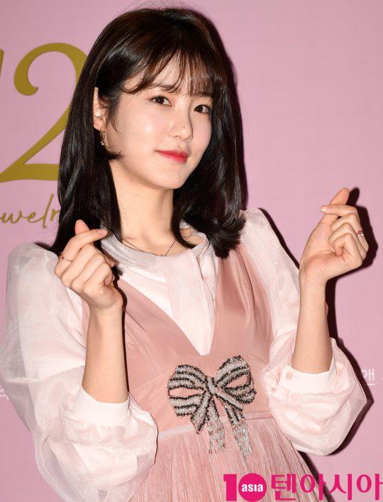 배우 신예은이 13일 오후 서울 신천동 잠실 롯데월드몰에서 열린 일리앤 (12&) 매장 오픈행사에 참석하고 있다.