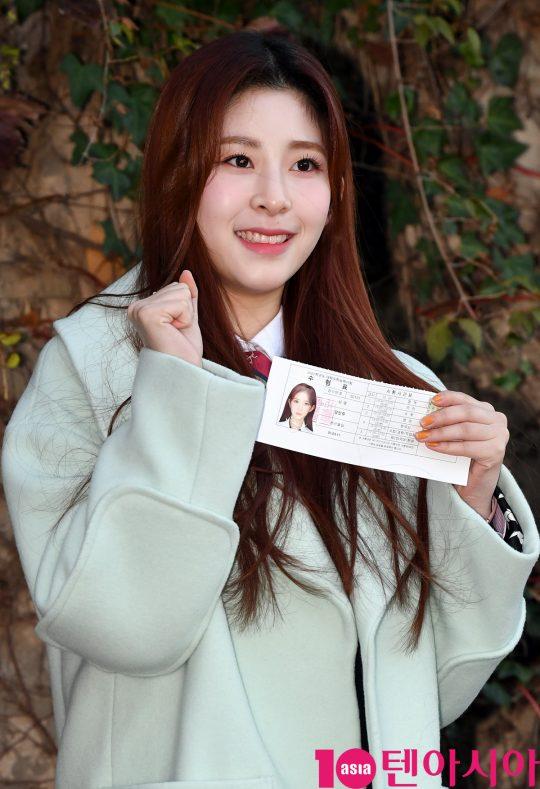 공원소녀 민주가 14일 오전 2020년도 대학수학능력시험을 위해 서울 송파동 가락고등학교에 들어가기전 포토타임을 갖고 있다.