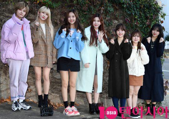 공원소녀가 14일 오전 2020년도 대학수학능력시험을 위해 서울 송파동 가락고등학교에 들어가기전 포즈를 취하고 있다.