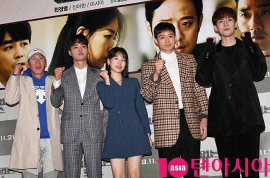 송창용 감독,이하율,이시아,천정명,김도훈(왼쪽부터)이 14일 오후 서울 한강로3가 CGV 용산아이파크몰점에서 열린 영화 '얼굴없는 보스' 언론시사회에 참석하고 있다.