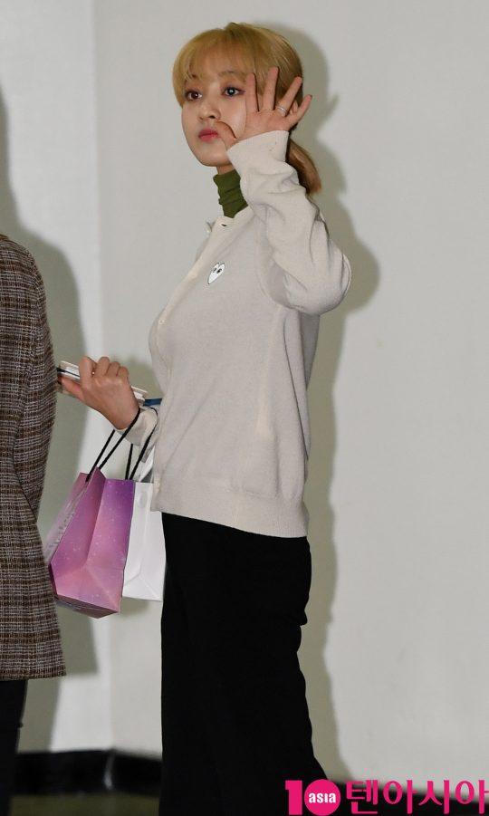 걸그룹 트와이스(나연, 정연, 모모, 사나, 지효, 미나, 다현, 채영, 쯔위) 지효가 15일 오후 일본 ABU 송 페스티벌 참석차 김포국제공항을 통해 출국하고 있다.