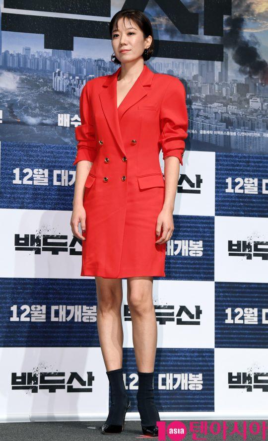 배우 전혜진이 19일 오전 서울 신사동 압구정 CGV에서 열린 영화 '백두산' 제작보고회에 참석했다. /조준원 기자 wizard333@