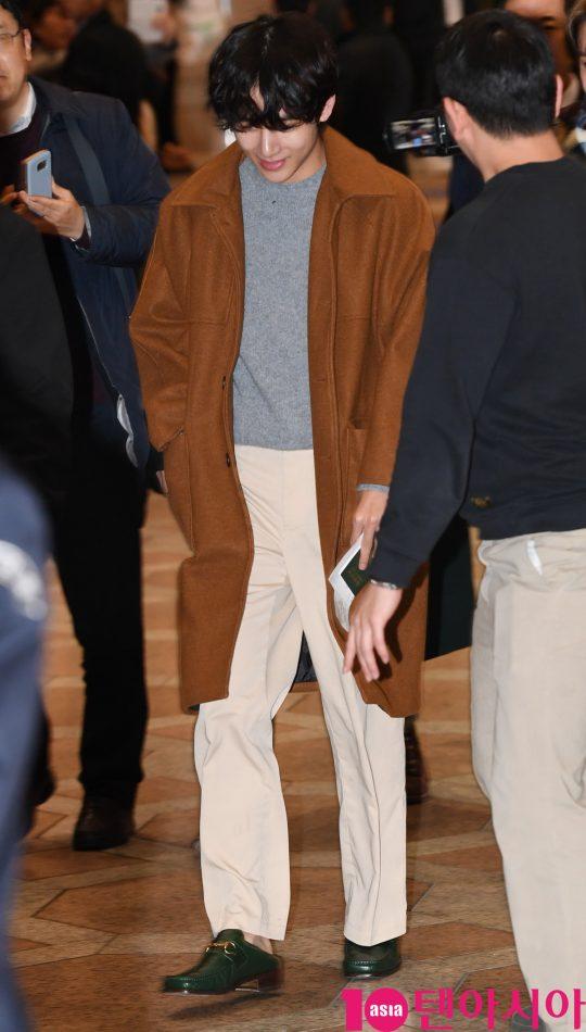 그룹 방탄소년단(BTS)(RM, 슈가, 진, 제이홉, 지민, 뷔, 정국) 뷔가 21일 오후 일본 5기 팬미팅 참석차 김포국제공항을 통해 일본으로 출국하고 있다.