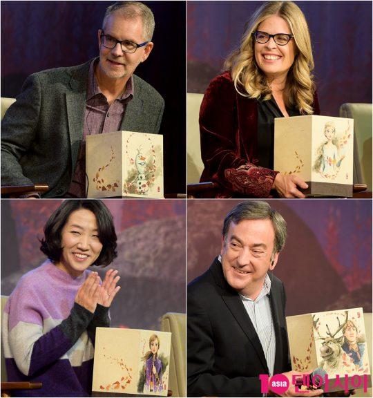 크리스 벅 감독(왼쪽 위부터 시계방향), 제니퍼 리 감독, 피터 델 베초 프로듀서, 이현민 슈퍼바이저가 '겨울왕국2' 캐릭터가 새겨진 전등을 선물 받은 후 기뻐하고 있다.