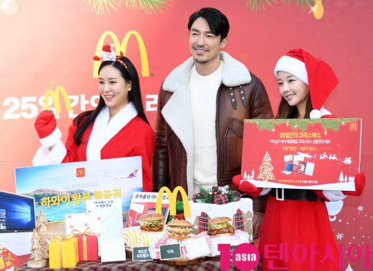 배우 다니엘 헤니가 28일 오전 서울 청담동 맥도날드 청담DT점에서 열린 다니엘 헤니가 함께하는 특별한 '25일간의 크리스마스' 파티 행사에 참석하고 있다.