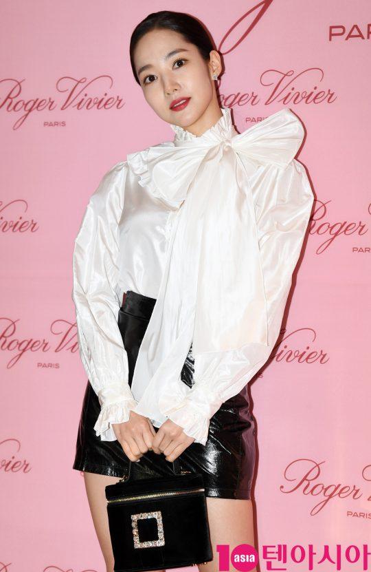 배우 박민영이 28일 오후 서울 압구정로 갤러리아 명품관에서 열린 로저 비비에(Roger Vivier)의 포토콜 행사에 참석하고 있다.