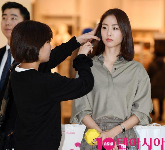 배우 이연희가 29일 오후 서울 영등포동 타임스퀘어에서 열린 '2019 행복얼라이언스 행복상자 캠페인' 행사에 참석하고 있다.