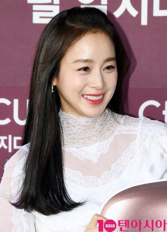 배우 김태희가 29일 오후 서울 잠원동 한 빌딩에서 열린 셀큐어 팔 알지디 홈쇼핑 런칭 기념행사에 참석하고 있다.