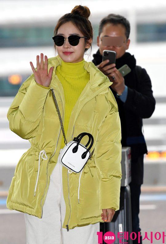 배우 성유리가 30일 오후 화보 촬영차 인천국제공항을 통해 하와이로 출국하고 있다.