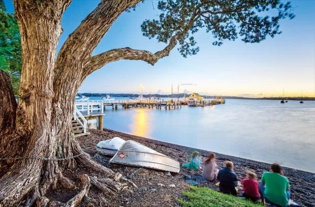 최초의 뉴질랜드 수도였던 '러셀'은 무역과 고래잡이가 발달했던 오래된 도시다. 러셀의 석양을 관광객들이 감상하고 있다.