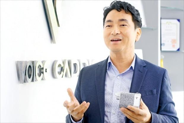 김준오 브이씨 대표가 수천 개의 스와로브스키 크리스털로 외관을 장식한 거리 측정기를 손에 든 채 차세대 거리 측정기 기술에 대해 설명하고 있다. /강은구  기자  egkang@hankyung.com