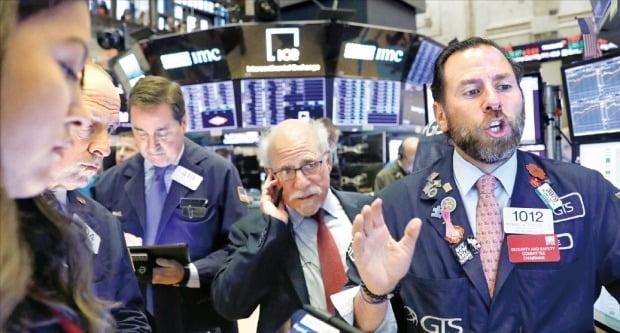 S&P500지수 등 미국 뉴욕증시 3대 지수가 모두 사상 최고치를 기록한 4일(현지시간) 뉴욕증권거래소에서 중개인들이 분주하게 주문을 처리하고 있다.   /로이터연합뉴스