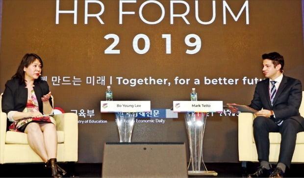 이보영 우버 다양성·포용최고책임자(CDIO·왼쪽)가 6일 열린 '글로벌 인재포럼 2019'에서 기조연설을 끝낸 뒤 마크 테토 TCK인베스트먼트 전무와 대담하고 있다.  허문찬 기자 sweat@hankyung.com