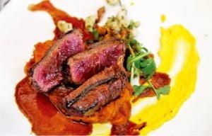 대서양과 인도양이 만나는 케이프 포인트의 레스토랑(위). 케이프타운 클루프 거리에서 맛볼 수 있는 타조 스테이크(아래).