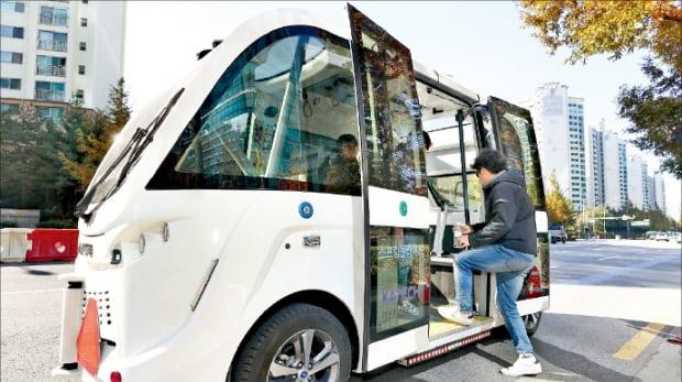 8일 서울 상암동 상암문화광장에서 열린 '서울 스마트 모빌리티 엑스포'에서 자율주행 셔틀버스가 운행하고 있다.  연합뉴스