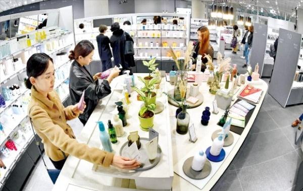 지난 6일 서울 용산구 한강대로에 있는 '아모레스토어'를 찾은 쇼핑족들이 아모레퍼시픽 제품을 살펴보고 있다. 이 점포에선 아모레퍼시픽에서 만드는 전 제품이 팔린다.  신경훈  기자 khshin@hankyung.com