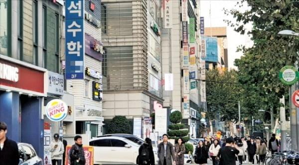 서울 대치동 은마아파트 주변에 형성된 학원가 모습. 정부가 추진하는 교육제도 개편과 맞물려 대치동 상권의 인기가 높아지고 있다.  /안혜원  기자