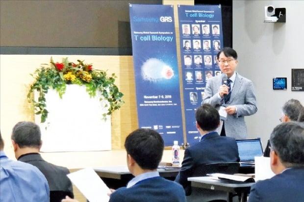 김성근 삼성미래기술육성재단 이사장이 지난 8일 미국 실리콘밸리 삼성전자 미주법인에서 열린 '글로벌 리서치 심포지엄'에서 이번 행사의 취지를 설명하고 있다.     /삼성전자  제공