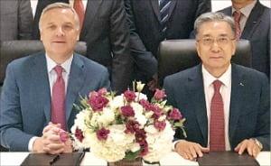 김영상 포스코인터내셔널 사장(오른쪽)과 데이비드 딕슨 맥더모트 사장.