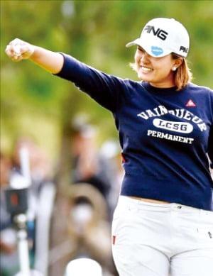 일본이 본토 무대에서 강한 면모를 발휘하며 내년에 열리는 도쿄올림픽 골프의 다크호스로 떠올랐다. 10일 일본 시가현에서 열린 미국여자프로골프(LPGA)투어 토토재팬클래식 최종 라운드에서 스즈키 아이가 3타 차 우승을 확정짓는 퍼팅을 마친 뒤 기뻐하고 있다.  /LPGA 홈페이지