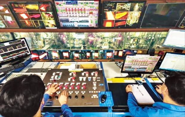 포스코 직원들이 포항제철소 열연공장 운전실에서 원격으로 철강 생산라인을 조정하고 있다.  포스코  제공