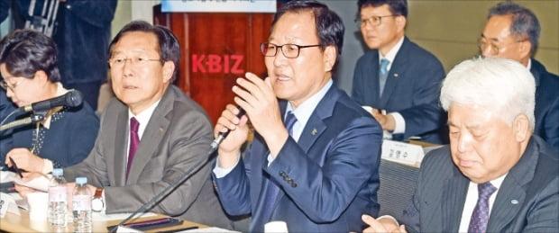 중소기업중앙회, 한국여성경제인협회, 소상공인연합회 등 중소기업 경제단체장들이 13일 '주 52시간제 입법보완에 대한 중소기업계 입장'을 발표하고 있다.  허문찬 기자 sweat@hnakyung.com
