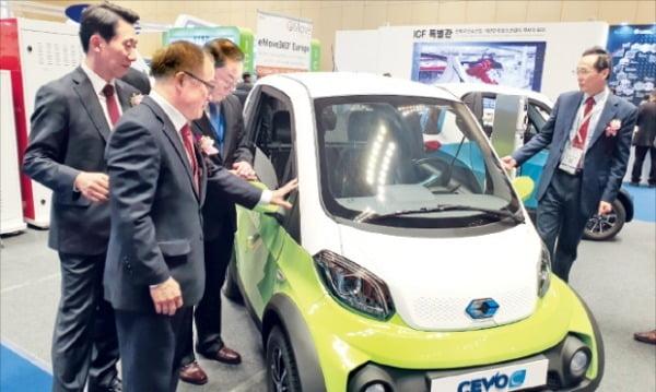 13일 코엑스에서 개막한 국제복합소재전시회에서 참관인들이 캠시스가 개발한 초소형 전기자동차를 둘러보고 있다. 김범준 기자 bjk07@hankyung.com