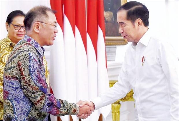 정의선 현대자동차그룹 수석부회장(왼쪽)이 지난 7월 자카르타 대통령궁에서 조코 위도도 인도네시아 대통령을 만나 악수하고 있다.  현대차그룹  제공