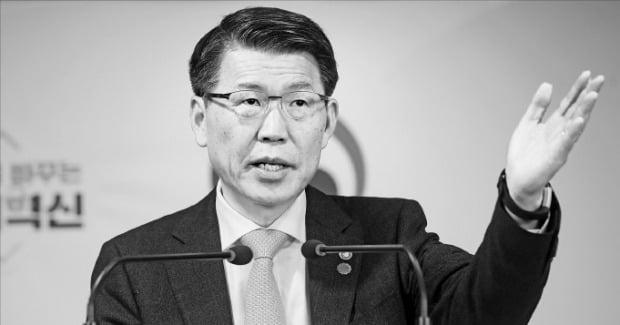 은성수 금융위원장이 14일 정부서울청사에서 '고위험 금융상품 투자자보호 강화를 위한 종합 개선방안'을 발표하고 있다.  강은구 기자  egkang@hankyung.com