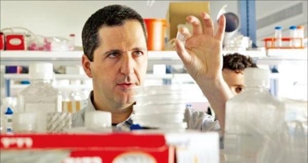 퓨처미트 창업자인 야코프 나미아스 교수가 '실험실 고기'를 연구하고 있다. 퓨처미트는 세포 배양방식으로 대체육류를 개발하는 회사다. 나미아스 교수 제공