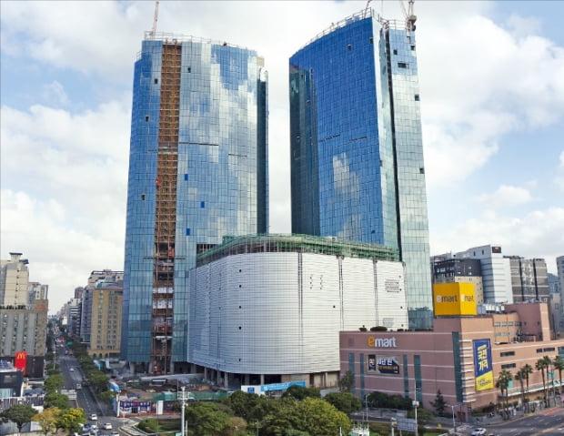 제주시 노형동에 들어서는 38층, 169m 높이의 '제주 드림타워. 기존 제주 최고층 건물인 롯데시티호텔(89m)보다 두 배 가까이 높다.  롯데관광개발  제공