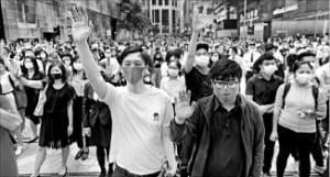 15일 홍콩 중심가에서 직장인들이 점심시간에 민주화 시위를 벌이고 있다.  로이터연합뉴스