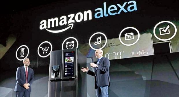 미국 전자상거래업체 아마존의 인공지능(AI) 개인비서 알렉사는 다양한 전자기기에 들어간다. 지난해 세계 최대 전자쇼 CES에선 알렉사 기능을 적용한 LG전자 냉장고가 선을 보였다. /한경DB